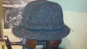 Sombreros modelo inglés de HarrisTweed espiga gris.